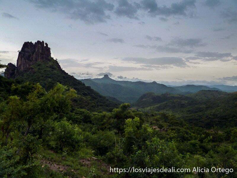 paisaje de montañas con cielo nublado al atardecer trekking en rumsiki