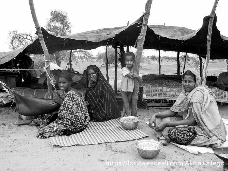mujeres kel tamashek junto a su tienda nómada