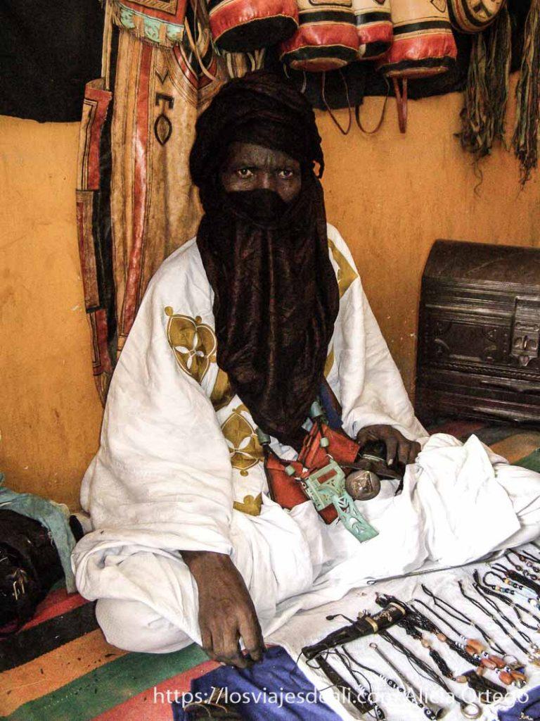 tuareg vendiendo su artesanía con turbante añil