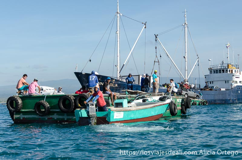 cargando un coche en un barco en isla isabela vivir en islas galápagos