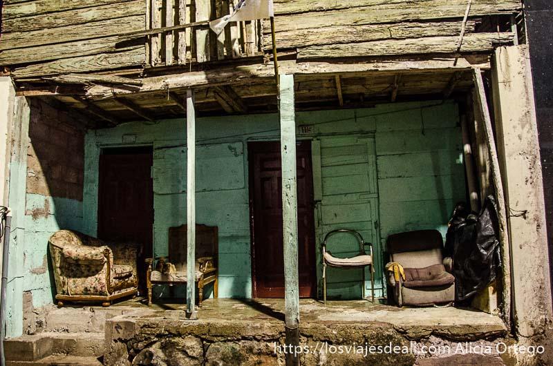 porche de casa de madera con cuatro sofás viejos vivir en las islas galápagos