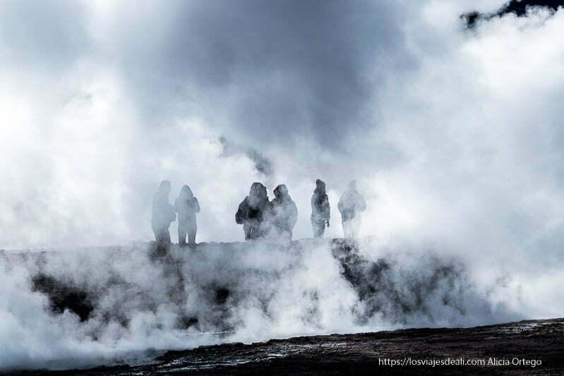 siluetas de gente entre el vapor de los geysers del tatio