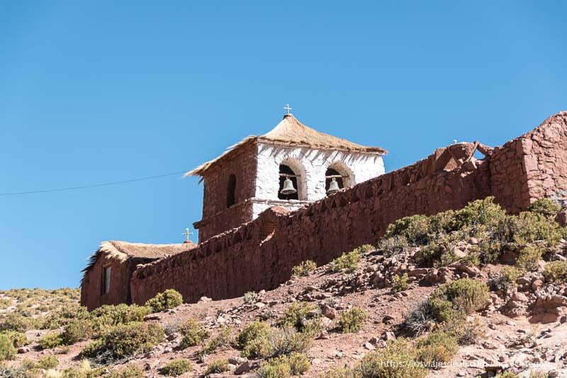 iglesia de machuca con campanario de adobe pintado de blanco y techo de paja