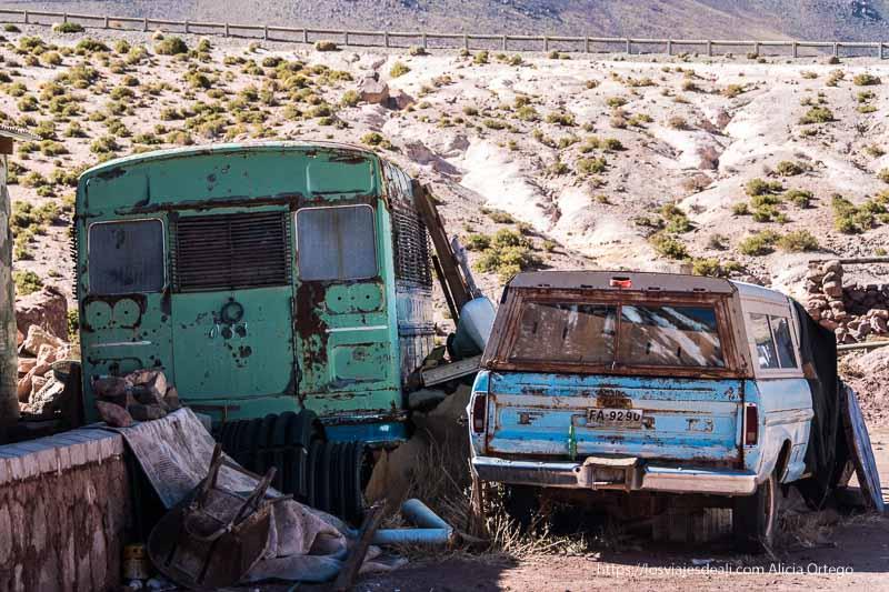 autobús y coche americanos de los años 60 abandonados junto a la carretera en machuca