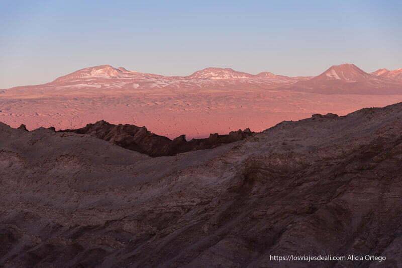 paisaje con tonos rosas de atardecer en el valle de la luna de atacama