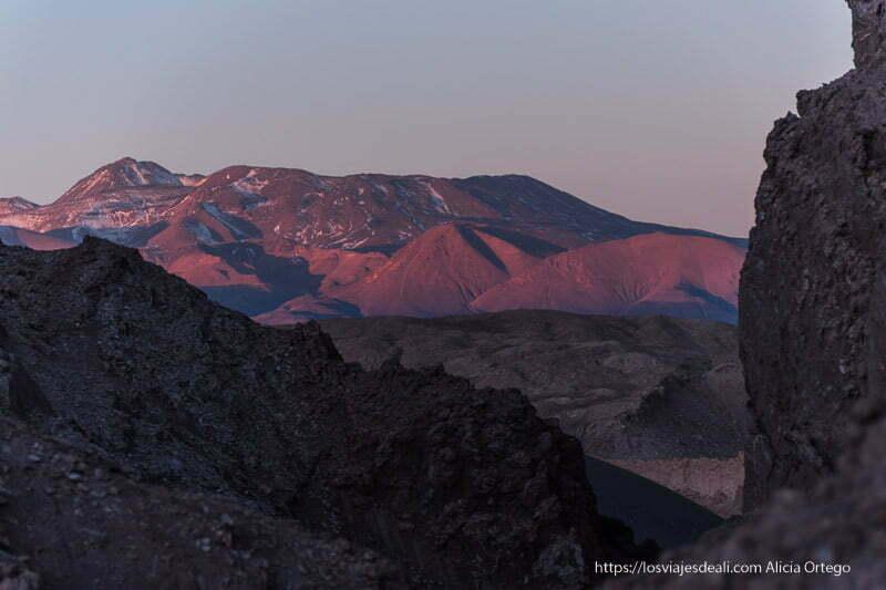 atardecer con colores morados en los volcanes en el valle de la luna de atacama
