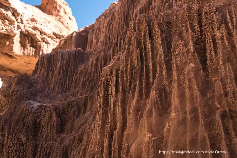 paredes de sal cubierta de arena formando estrías por el agua valle de la luna de atacama