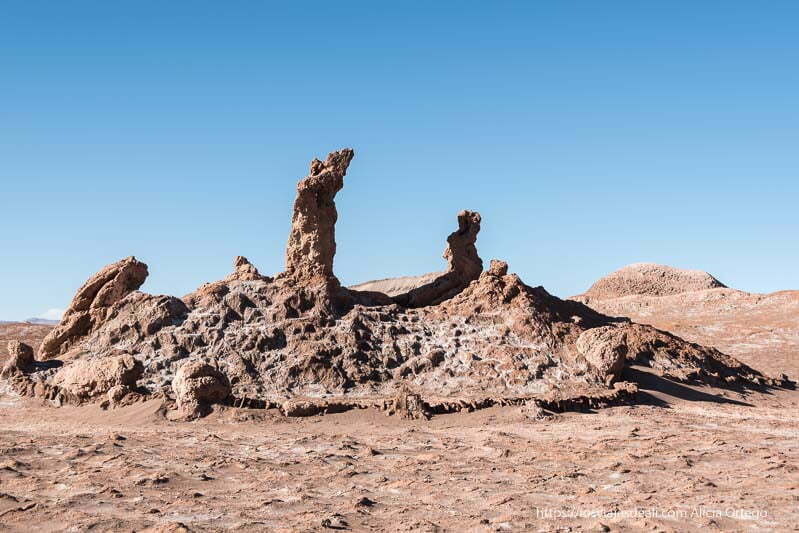rocas las tres marías con forma de mujer en el valle de la luna de atacama