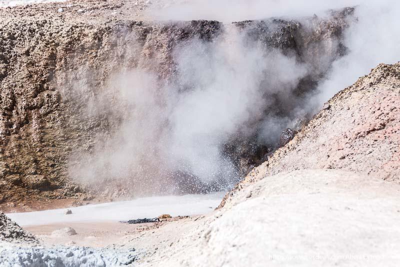 agua hirviendo saliendo de uno de los geysers del sol de la mañana en bolivia