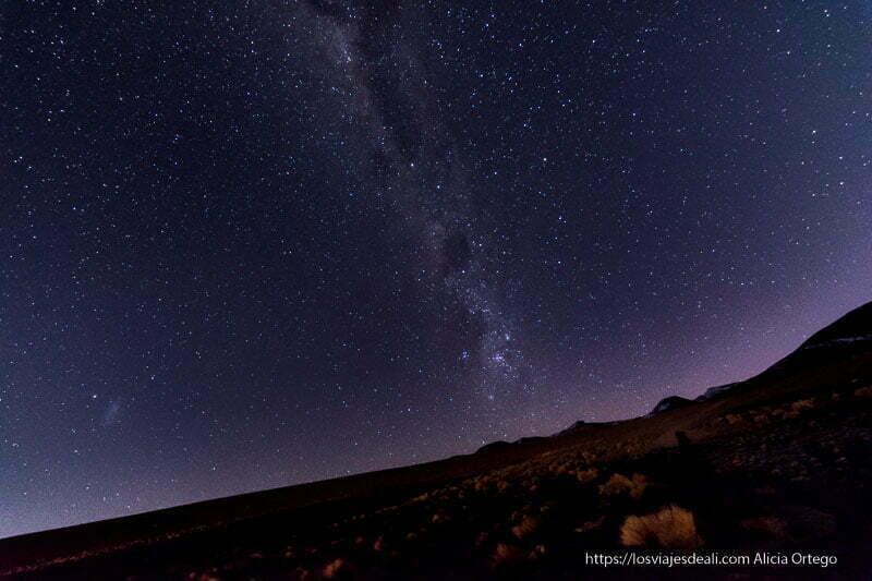 vía láctea sobre horizonte de volcanes en bolivia