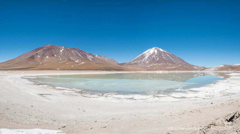 panorámica de la laguna verde con dos volcanes detrás en la reserva nacional de fauna andina eduardo avaroa