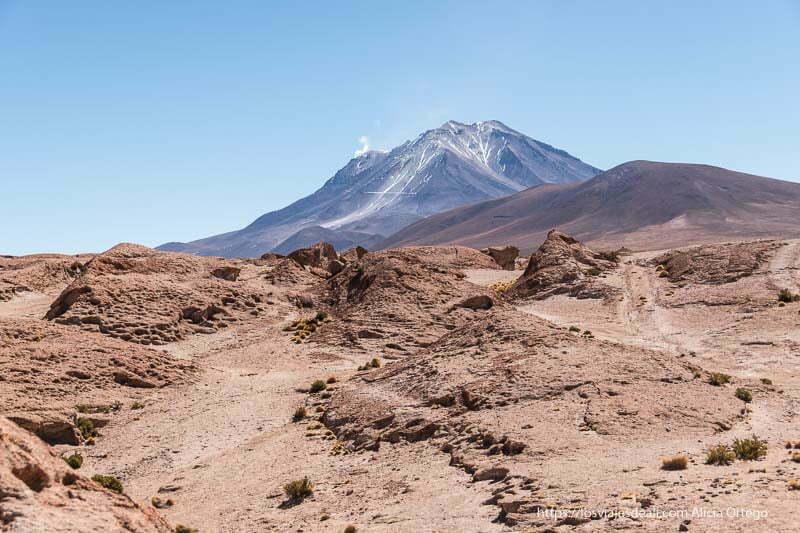 paisaje con volcán collagua al fondo con fumarola reserva nacional de fauna andina eduardo avaroa