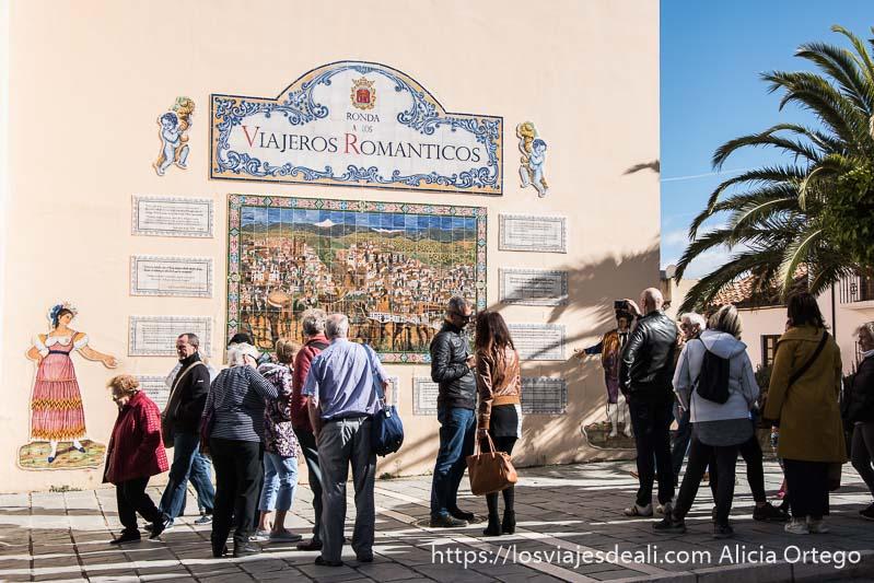 placa de azulejos dedicada a los viajeros románticos en una calle de ronda