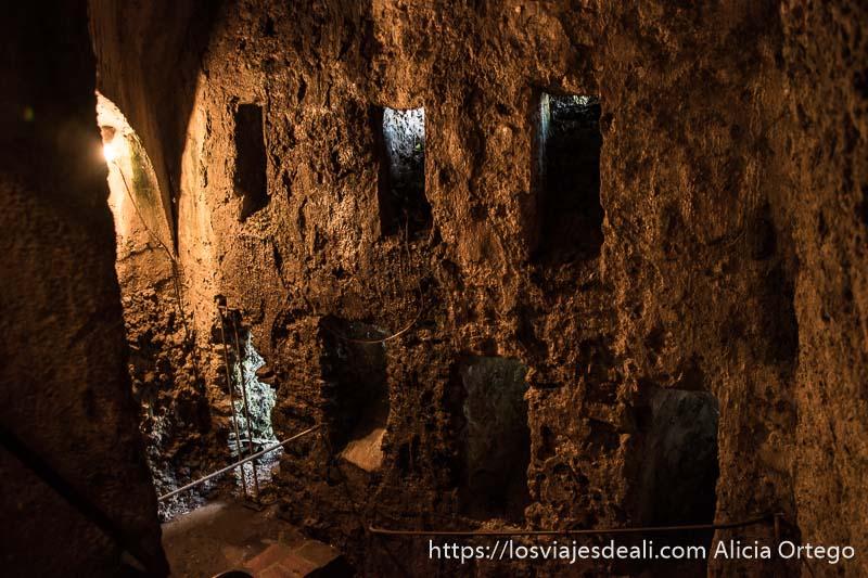 interior de las minas con grandes ventanas labradas en la piedra escapada a ronda