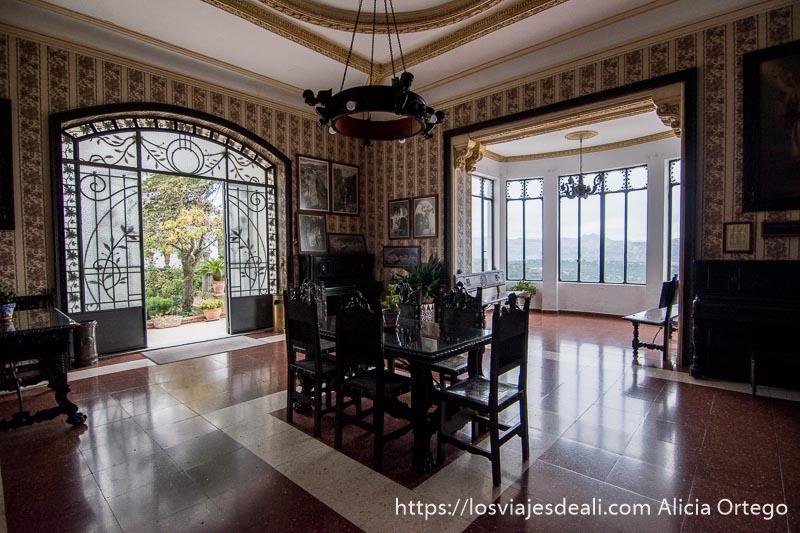 salón modernista con mirador acristalado y salida al jardín escapada a ronda