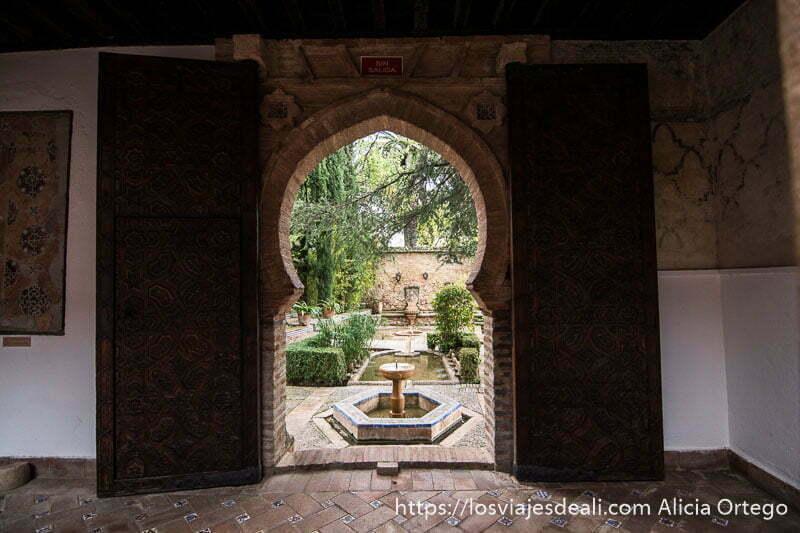 salida al jardín por arco árabe con fuentes en palacio de mondragón escapada a ronda