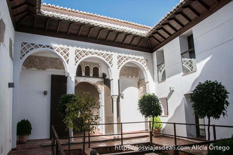 patio árabe de la casa del gigante con pequeños naranjos en el centro escapada a ronda