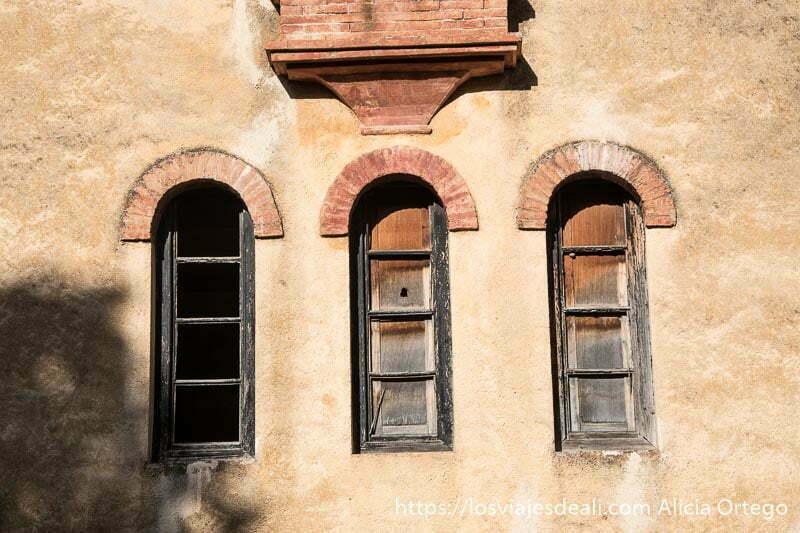 tres ventanas que terminan en arco en muro de color beige escapada a ronda