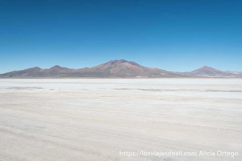 salar de chiguana en bolivia con volcanes al fondo