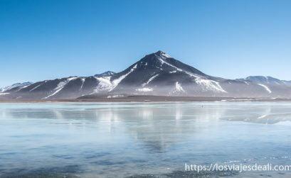 volcán reflejándose en el agua en laguna blanca de reserva nacional de fauna andina eduardo avaroa