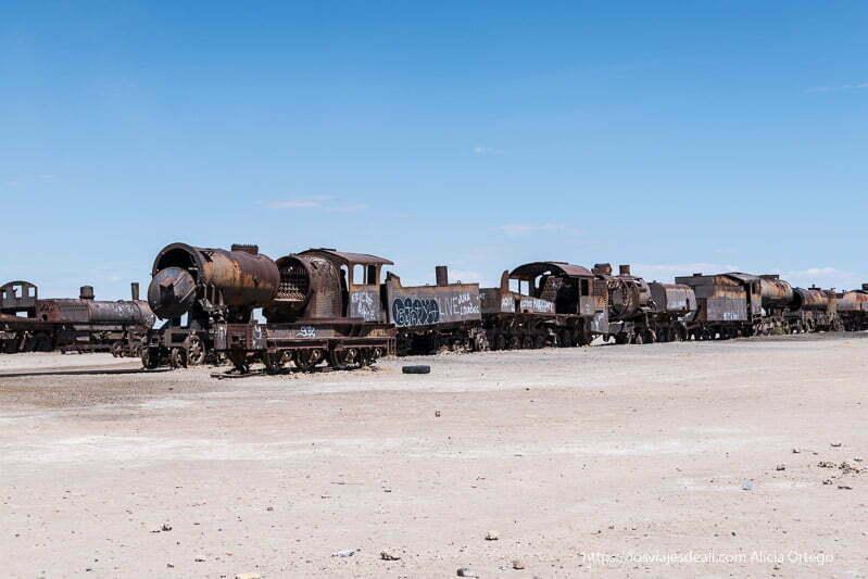 locomotoras de principios del siglo xx alineadas en el cementerio de trenes