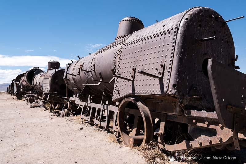 antigua locomotora oxidada en el cementerio de trenes de uyuni