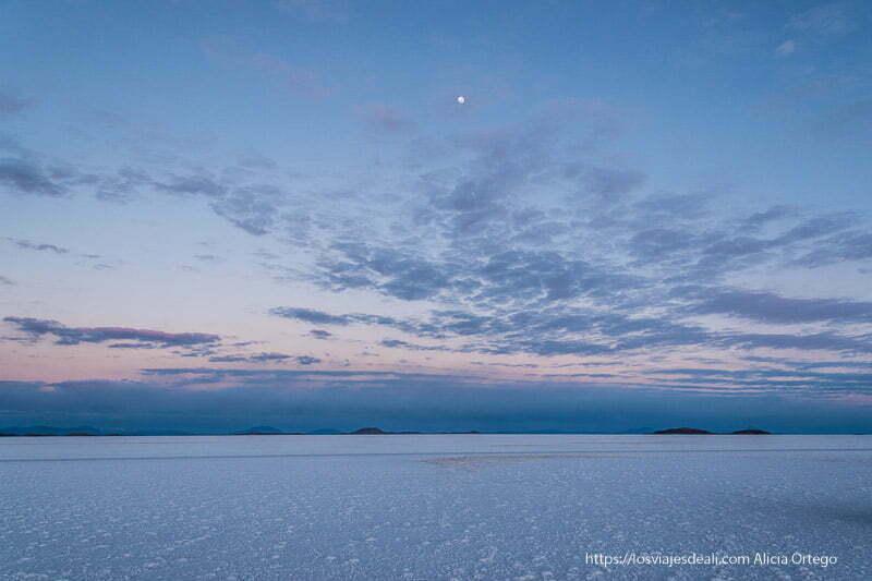 nubes y luna con colores azules y malvas