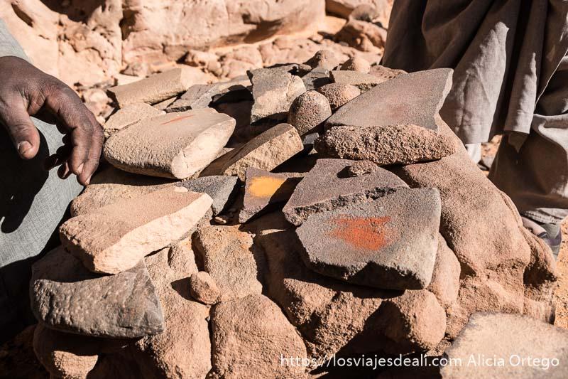 piedras con muestras de pigmentos naturales del sahara