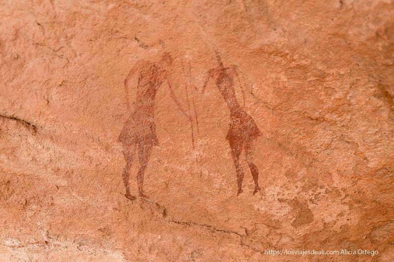 pintura rupestre de dos guerreros vestidos con falda y con lanzas en la mano arte rupestre en el sahara