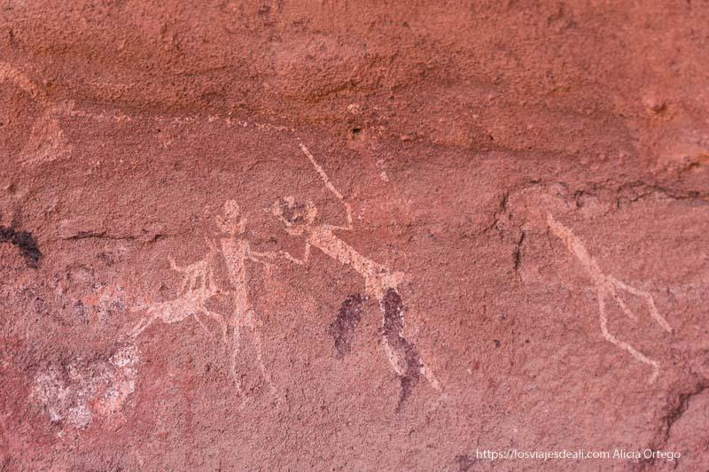 pintura rupestre de guerreros pintados de blanco