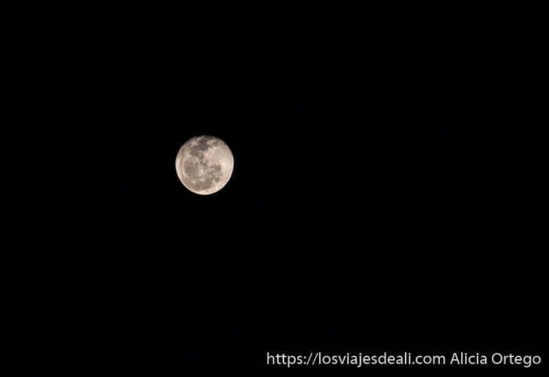 luna casi llena en la noche