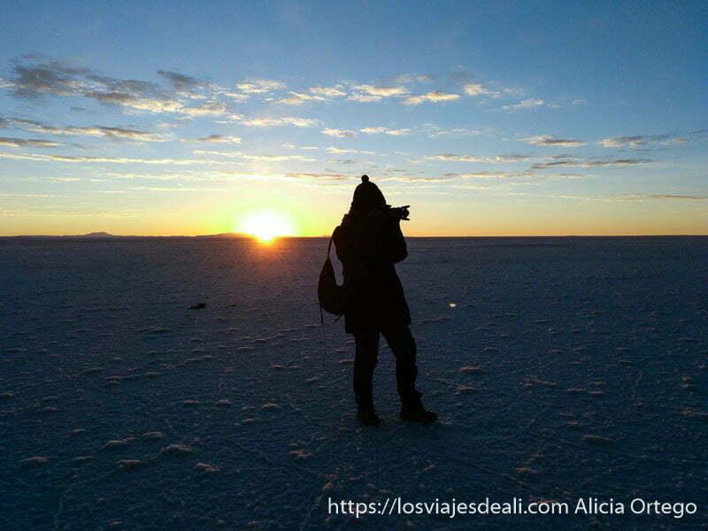 yo haciendo foto con el sol detrás saliendo por el horizonte