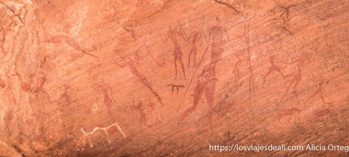 pinturas de guerreros en una pared del desierto una muestra del arte rupestre en el sahara