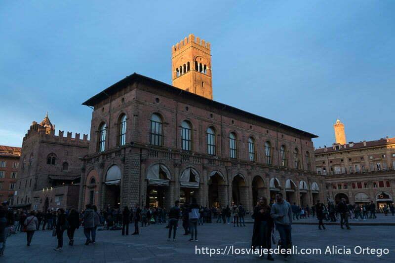 piazza maggiore de Bolonia al atardecer