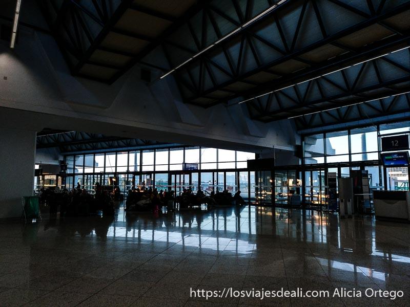 sala de espera junto a puerta de embarque en aeropuerto consejos para viajar a argelia