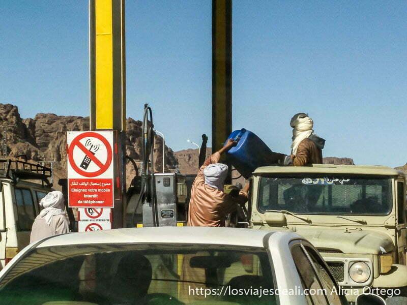 tuaregs repostando sus coches en la gasolinera de djanet