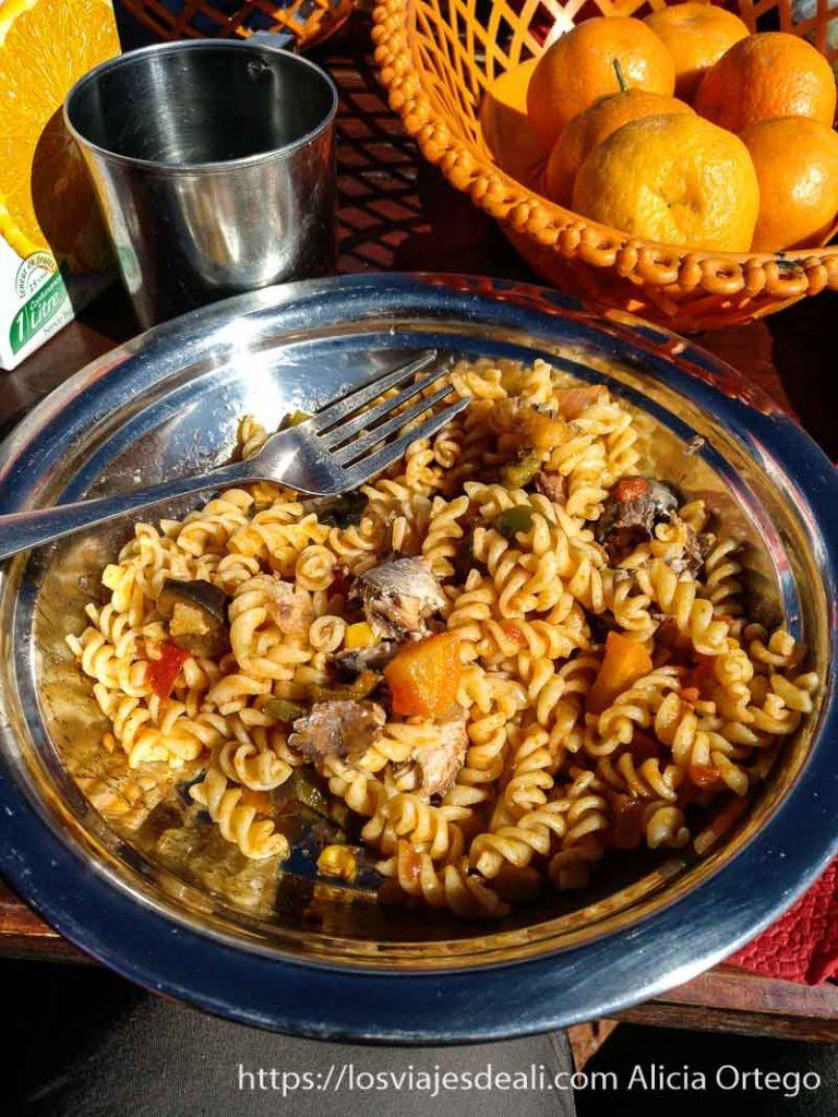 plato de pasta, tomate y sardinas en aceite y mandarinas al lado consejos para viajar a argelia