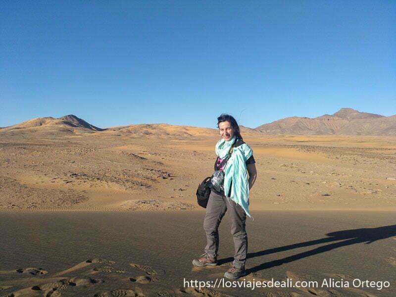 posando en la duna negra del tassili consejos para viajar a argelia