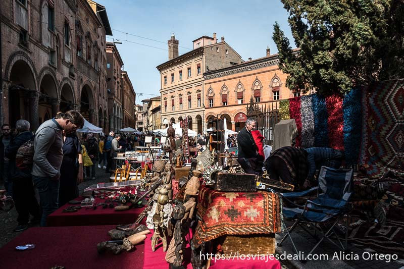 puestos de mercadillo de antigüedades y gente curioseando