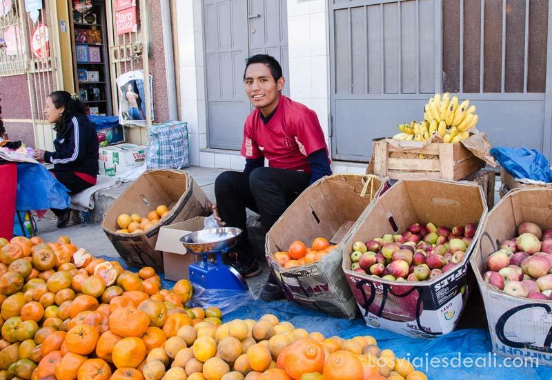 chico vendiendo naranjas y manzanas en carhuaz