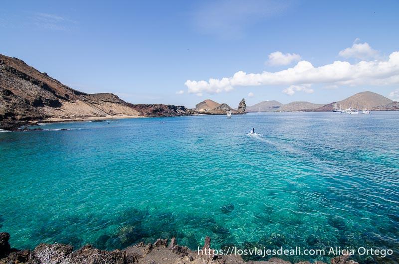 aguas turquesas y costa volcánica en isla bartolomé