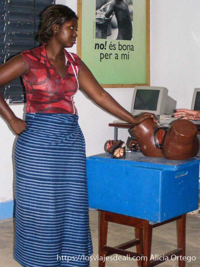 mujer con maniquí de genitales femeninos que utilizan para dar clases contra la ablación