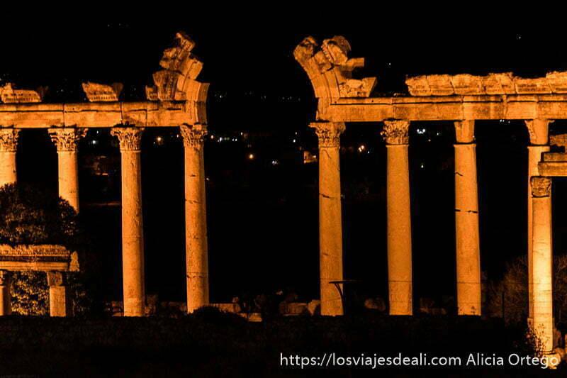 columnas de baalbek iluminadas por la noche