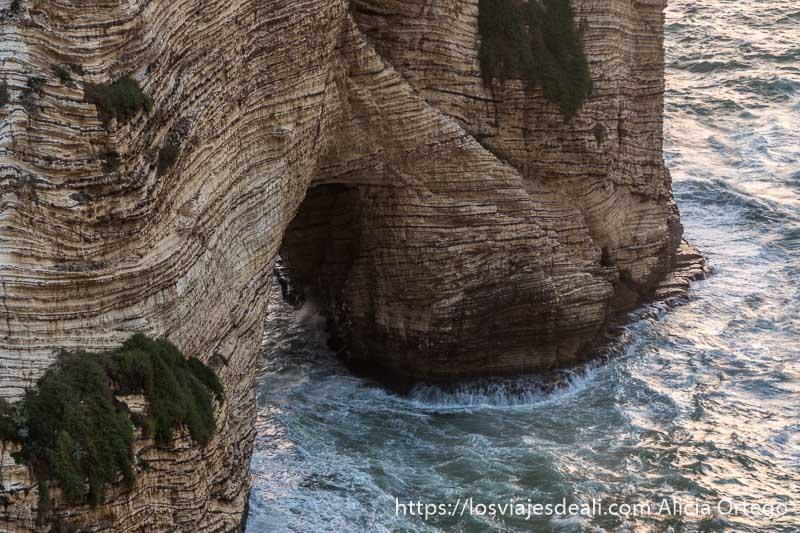 arco de piedra en una de las pigeon rocks con el mar golpeando las rocas
