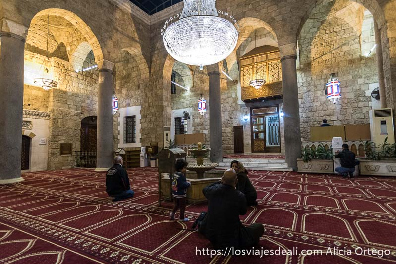 interior de mezquita de Beirut en Líbano con columnas romanas