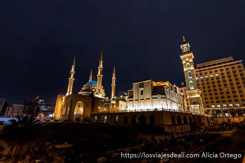 gran mezquita junto a catedral en beirut por la noche iluminadas