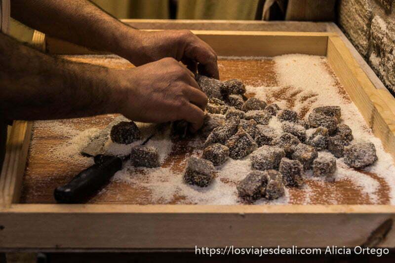preparando dulce turco en la excursión a tiro y sidón