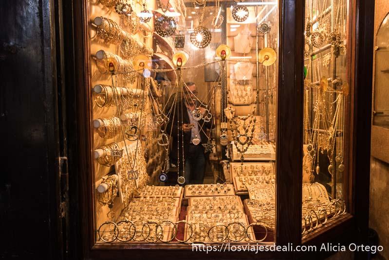 escaparate de joyería del zoco de sidón con vendedor dentro