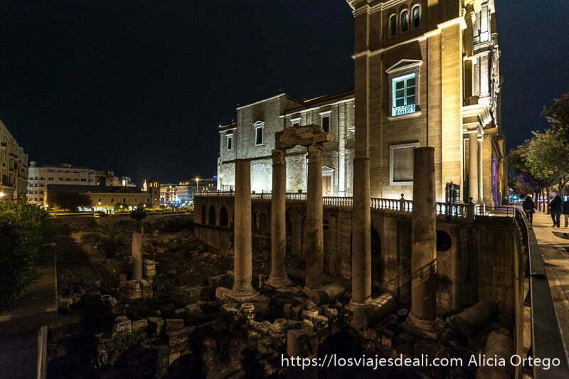 columnas romanas junto a catedral en el centro de beirut por la noche