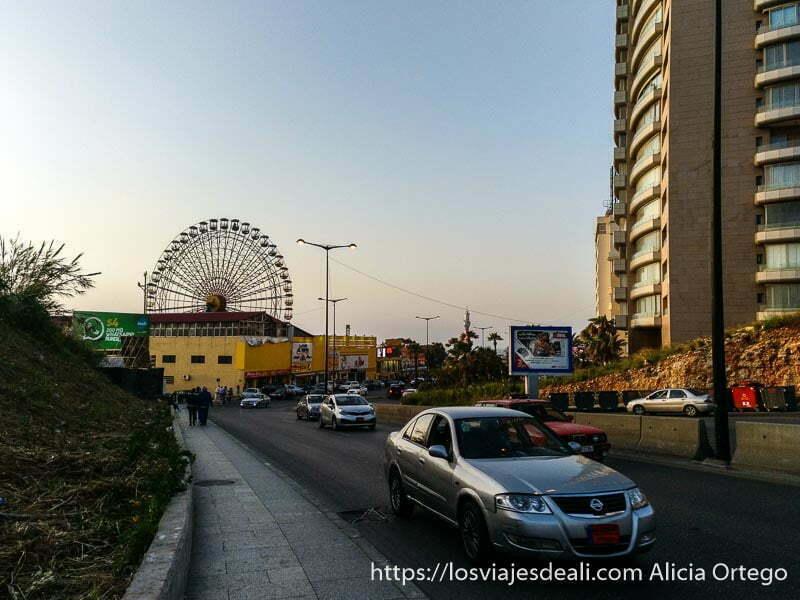avenida de beirut con gran noria al fondo y rascacielos a la derecha